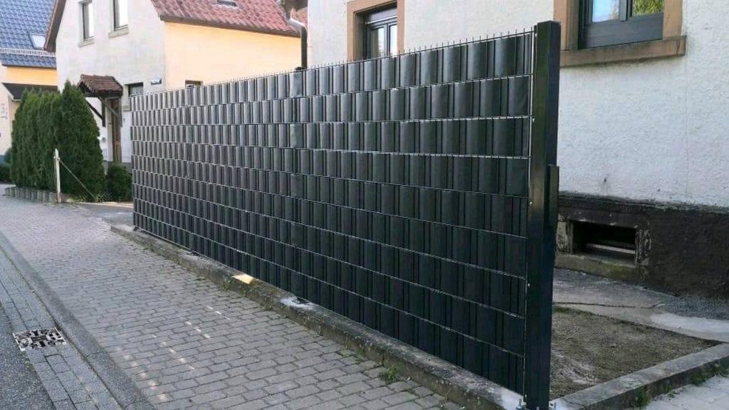schwarzer Doppelstabzaun mit schwarzem Sichtschutz