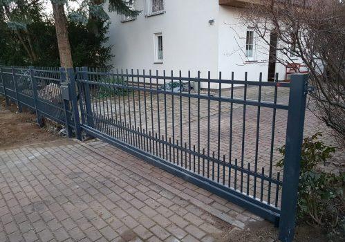 Schönes silbernes automatisches Tor vor dem Haus