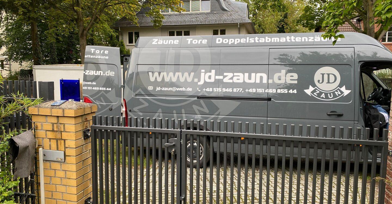 Kraftfahrzeug - Zaun